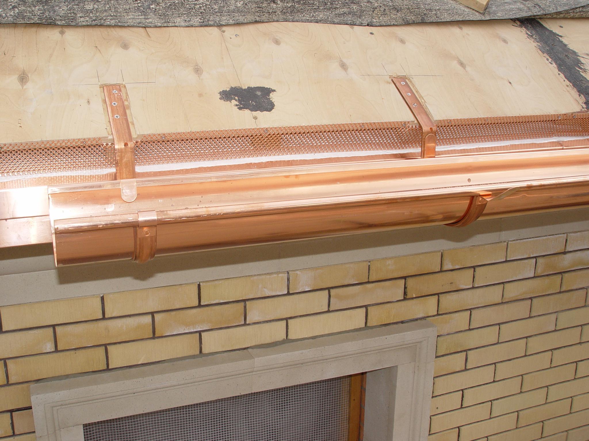 Монтаж металлического водостока для крыши своими руками